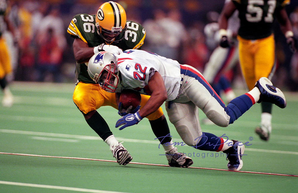 Green Bay Packers Leroy Butler tackles Patroits Dave Meggett the Green Bay Packers during Super Bowl XXXI.<br /> (Tom DiPace)
