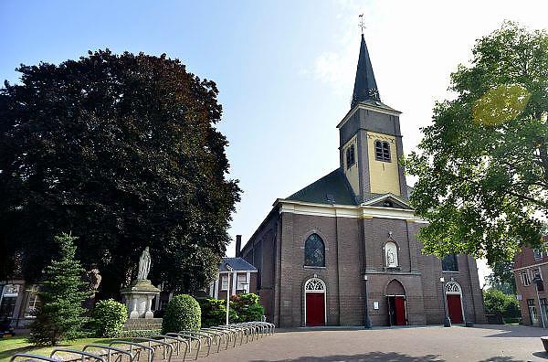 Nederland, Wijchen, 7-8-2014Dorpsgezicht vanaf de markt naarde antonius abt kerk. Een groot christusbeeld, beeld van christus, jezus, staat ernaast.Foto: Flip Franssen/Hollandse Hoogte