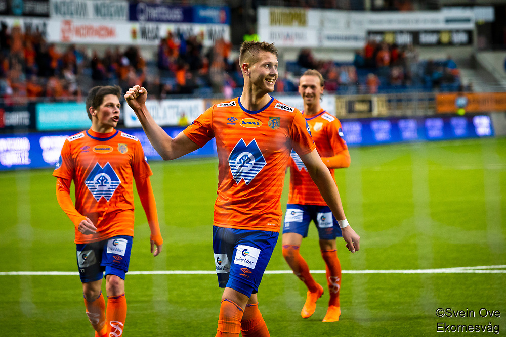 1. divisjon fotball 2018: Aalesund - Tromsdalen. Aalesunds Holmbert Fridjonsson feirer 4-0 i førstedivisjonskampen i fotball mellom Aalesund og Tromsdalen på Color Line Stadion. Sondre Brunstad Fet bak til venstre og Jørgen Hatlehol bak til høyre.