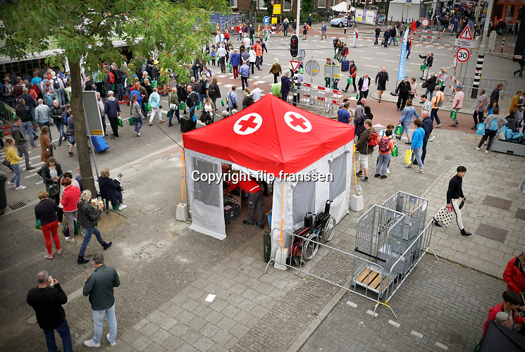 Nederland, Nijmegen, 15-7-2019 Het Nederlandse Rode Kruis is massaal aanwezig tijdens de vierdaagse om medische hulpverlening te bieden . Eerste hulp, massage en blaren prikken in posten langs de route en op de Wedren .FOTO: FLIP FRANSSEN