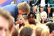 Koning Willem-Alexander en koningin Maxima bij basisschool De Vijfmaster tijdens de jaarlijkse Koningsspelen. //// King Willem-Alexander and Queen Maxima at elementary school De Fivemaster during the annual Royal Games.<br /> <br /> Op de foto / On the photo: Koning Willem Alexander
