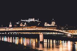 Blick vom Ufer der Salzach auf die Festung Hohensalzburg und die Salzburger Altstadt mit einer weihnachtlich beleuchteten Bruecke aufgenommen am 06.12.2018, Salzburg, Oesterreich // view from the bank of the Salzach towards the castle Hohensalzburg and the historice centre of Salzburg with a illuminated bridge, Salzburg, Austria on 2018/12/06. EXPA Pictures © 2018, PhotoCredit: EXPA/ Florian Schroetter