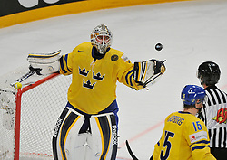 01.05.2013, Globe Arena, Stockholm, SWE, IIHF, Eishockey WM, Vorberichte, im Bild Sverige Sweden 1 Goalkeeper Jhonas Enroth kastar puck till domaren throw puck // during the IIHF Icehockey World Championship Game between Canada and Sweden at the Ericsson Globe, Stockholm, Sweden on 2013/05/16. EXPA Pictures © 2013, PhotoCredit: EXPA/ PicAgency Skycam/ Simone Syversson..***** ATTENTION - OUT OF SWE *****