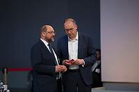 DEU, Deutschland, Germany, Berlin, 06.12.2019: Martin Schulz (SPD) im Gespräch mit Niels Annen (SPD), Staatsminister im Auswärtigen Amt, beim Bundesparteitag der SPD im CityCube.