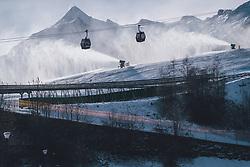 THEMENBILD - Gondeln der MK Maiskogelbahn und eine Schneekanone in Betrieb. Im Hintergrund das Kitzsteinhorn, aufgenommen am 27. Dezember 2020 in Kaprun, Oesterreich // Gondolas of the MK Maiskogelbahn and a snow cannon in operation. The Kitzsteinhorn in the background, in Kaprun, Austria on 2020/12/27. EXPA Pictures © 2020, PhotoCredit: EXPA/Stefanie Oberhauser