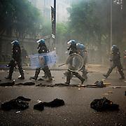 La polizia marcia sugli abiti che i manifestanti hanno usato per rendersi anonimi.<br /> 1 maggio 2015 . Daniele Stefanini /  OneShot