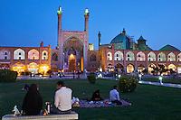 Iran, province d'Ispahan, Ispahan, Place de l'Imam, classée Patrimoine Mondial de l'UNESCO, Jameh Mosque ou la mosquée du vendredi,  pique-nique à l'iranienne// Iran, Isfahan, Imam Square, Jameh Mosque or Friday mosque, world heritage of the UNESCO, picnic