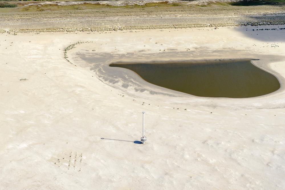 Nederland, Zuid-Holland, Gemeente Westland, 28-04-2017; Delflandse Kust ter hoogte van Ter Heijde en Monster, meetmast. De Zandmotor is een kunstmatig schiereiland / landtong, ontstaan door het opspuiten van zand voor de kust. Wind, golven en stroming zullen het zand langs de kust in noordelijke richting verspreiden waardoor verderop langs de kust bredere stranden en duinen ontstaan. De zandmotor is een experiment in het kader van kustonderhoud en kustverdediging. <br /> Sand Engine, artificial peninsula build by the raising of sand for the coast of Ter Heijde (near the Hague, at the horizon). Wind, waves and currents will distribute the sand along the coast yielding wider beaches and dunes along the coastline. The Sand Engine is a experiment for coastal maintenance of coastal defense.<br /> luchtfoto (toeslag op standard tarieven);<br /> aerial photo (additional fee required);<br /> copyright foto/photo Siebe Swart