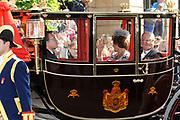 """Aankomst koninklijke familie in de gouden koets bij Paleis Nooreinde voor de """"balkonscène""""op Prinsjesdag 2012. /// Arrival royal family in the golden coach at palace Noordeinde on """"Prinsjesdag""""in The Hague<br /> <br /> Op de foto / On the photo: <br />  Prinses Margriet en Pieter van Vollenhoven"""